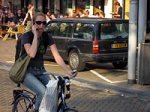 自転車運転中の携帯電話使用イメージ