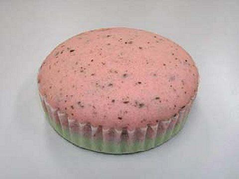 「すいかケーキ」(上)と「すいか風蒸しパン」(下)
