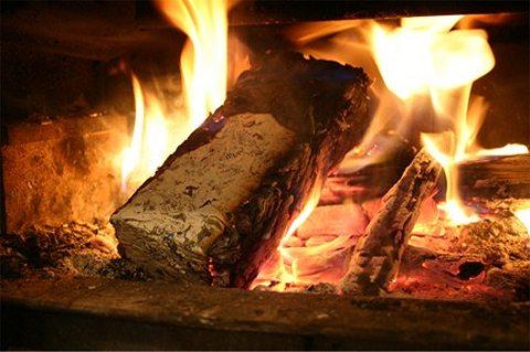 燃え盛る紙まき(リリースより)。木製のまきと同様に使えるとのこと。