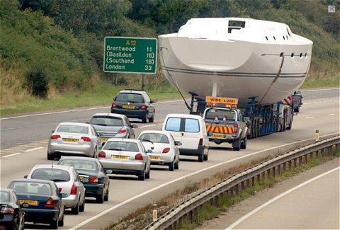 「あらヨット」という掛け声が聞こえてきそうな、高速道路の上を走る巨大ヨット(を乗せたトラック)と、そのヨットで発生した交通渋滞。