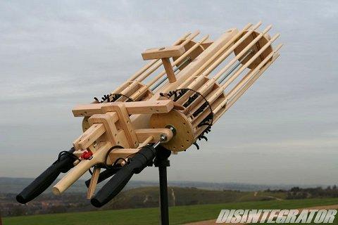 モーター駆動の二連装ガトリング輪ゴム銃「DISINTEGRATOR」