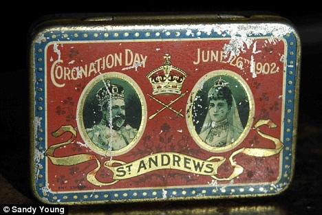 チョコレートが入っている缶。1902年6月26日の戴冠式・セントアンドリュースの文字が読める(以上、Mail Onlineより)