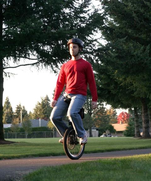 妙な合成写真のようにも見えるが、れっきとした電動で動く自動一輪車
