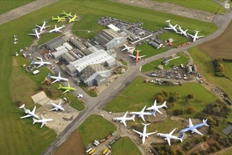 新品、あるいはそれ同様のジェット旅客機がずらりと並ぶ状況