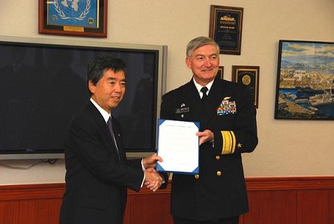 レシピの授与が行われたアメリカ海軍横須賀基地(左が蒲谷亮一・横須賀市長、右がジェームズ・ケリー在日米海軍司令官)