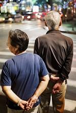 信号待ちをする老夫婦イメージ