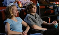 映画を見るカップルイメージ
