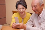 高齢者による携帯電話でメールイメージ