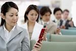 成人女性が携帯電話を使うイメージ