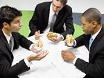 ハンバーガーによる会食イメージ