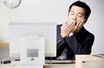 パソコンの前で寝不足イメージ