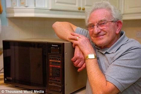 Frederick Stephens氏と彼が愛用する「年代モノ」の電子レンジ、パナソニックのNE-691