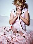 鼻をかむ女性イメージ