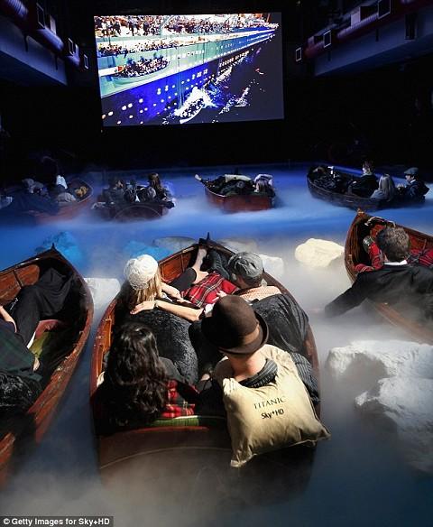 『タイタニック』をタイタニック的なプールの中で観る観客