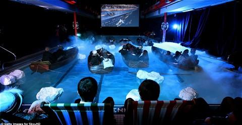 プールサイドには普通の観客席も。このようにしてみるとやはり、いや何でもない