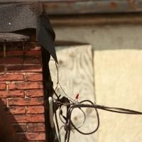 電気線をいじることによる盗電イメージ