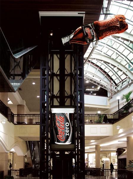 コカコーラゼロをカップに注ぐ広告