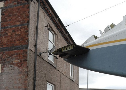 「飛行機衝突事故」で住宅に被害が