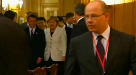 G20での夕食会のようす。3分40秒あたりから、場面後部で麻生首相とメルケル首相が共にメニューを見たあと、笑いながら会話をしつつ、画面右側から左側に歩いていく姿が確認できる