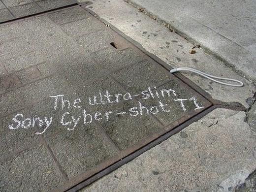 ソニーのCyber-shot T1。「マンホールのフタのスキマに入るほど」の薄さをアピール