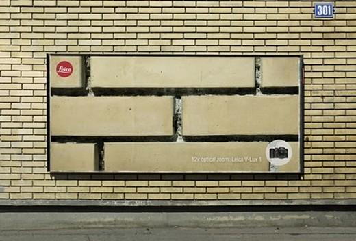 カメラの有名どころ、ライカの広告。ズームアップの性能の高さをアピール