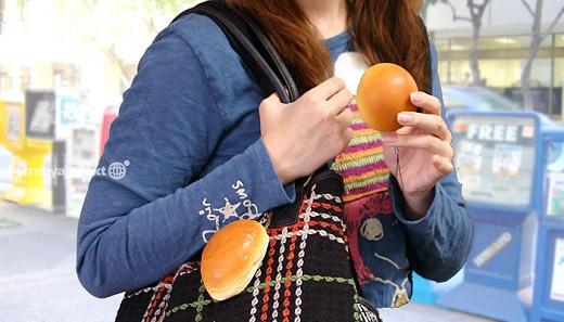 バターロールパンを持ち歩く女の子……ではなく、バターロールパンの携帯ストラップ