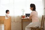 仕事をする母親イメージ
