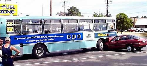 バスには大きく「GIOの自動車保険に入っていないのなら、このバスにはぶつからない方がいいよ(補償金が大変だからね)」と書いてある。そのバスに突っ込んだ自動車……。保険に入っているのかしら?(汗)