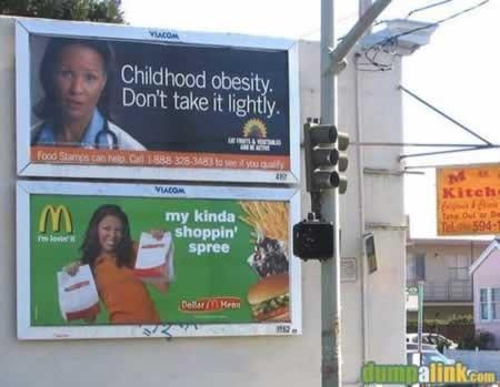 「子どもの肥満をちゃんと考えましょう」という広告の下に、某ファストフードの「私の子どもはこれで大喜び」という広告。えーと、つまり、何だ(笑)。