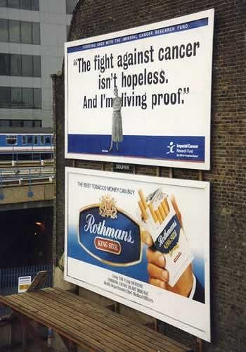 「がんとの闘いに絶望してはならない。私が生きてるのがその証拠」という、がん闘病の広告の真下にたばこの広告。いや、直接因果関係とか相関関係とか以下略(汗)。