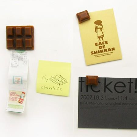Chocolate Bar Refrigerator Magnet。直訳すると「チョコレートバーみたいな冷蔵庫用磁石」