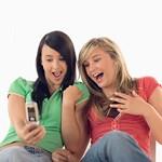 携帯電話を利用するアメリカ人若者イメージ