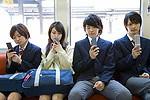 携帯電話で調べものをする高校生イメージ