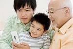 お年寄りと子どもで携帯電話イメージ