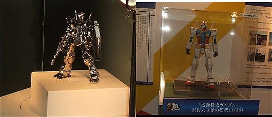 プラチナガンダム(左)とお台場にある実物大ガンダムの1/30モデル(右)。プラチナガンダムは田中貴金属ジュエリー製作。いわく「ガンダムの持つ魅力と輝きを永遠に保つことに成功しました」とのこと。
