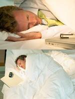 寝るときはいつもブラックベリー(小型の通信情報端末。日本の携帯電話に相当)と一緒イメージ