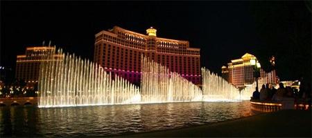 ラスベガスのホテル・ベラージオで展開されている噴水。