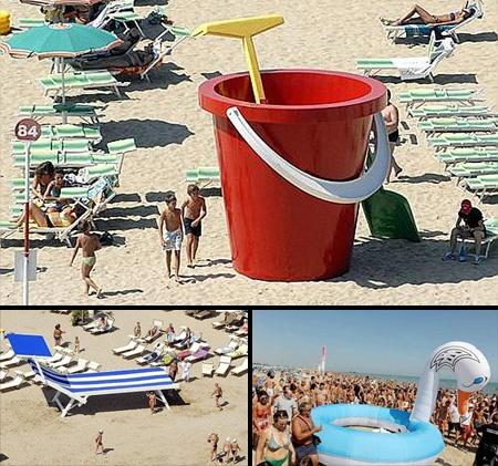 イタリアのリミニ地方の海岸に出現した巨大なビーチ用品
