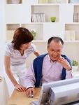 パソコンを教わる高齢者イメージ