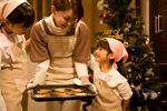 家族で菓子作りイメージ
