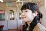 電車内で音楽を視聴する高校生イメージ