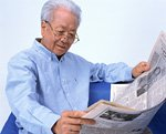 新聞を読むシニアイメージ
