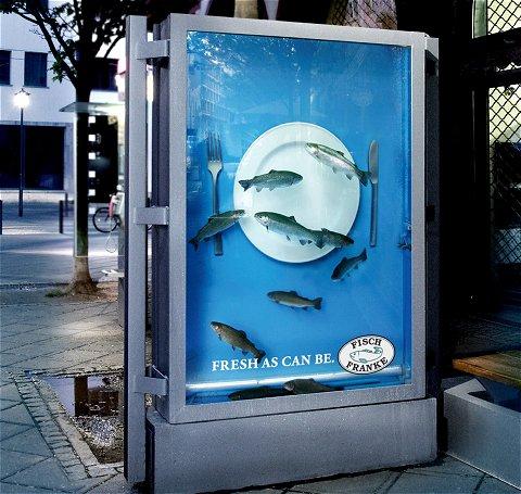 屋外広告で魚料理の新鮮さをアピール。