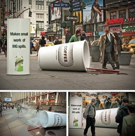 ニューヨークの7番街では横倒しになった巨大コーヒーカップが。