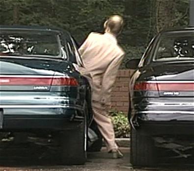 狭い駐車スペースでも扉の開閉を気にせずに、楽に乗り降り。