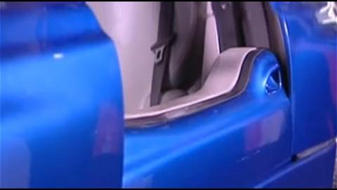BMWの「BMW Z1」プロモーション動画。確かに同じコンセプトのドアが採用されている。