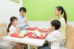 家族で外食イメージ