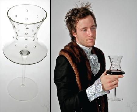 「嫉妬(envy)」。穴が開いていてほとんど自分の飲み物を注げない。他人の飲み物に嫉妬してそちらを飲みたくなるから?
