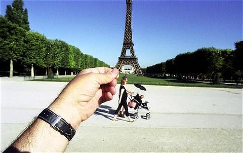 フランス・パリのエッフェル塔も一つかみ。…手前の家族連れが名所というわけではありません。