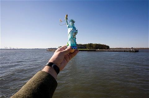 アメリカの象徴、ニューヨークの自由の女神もこの通り。